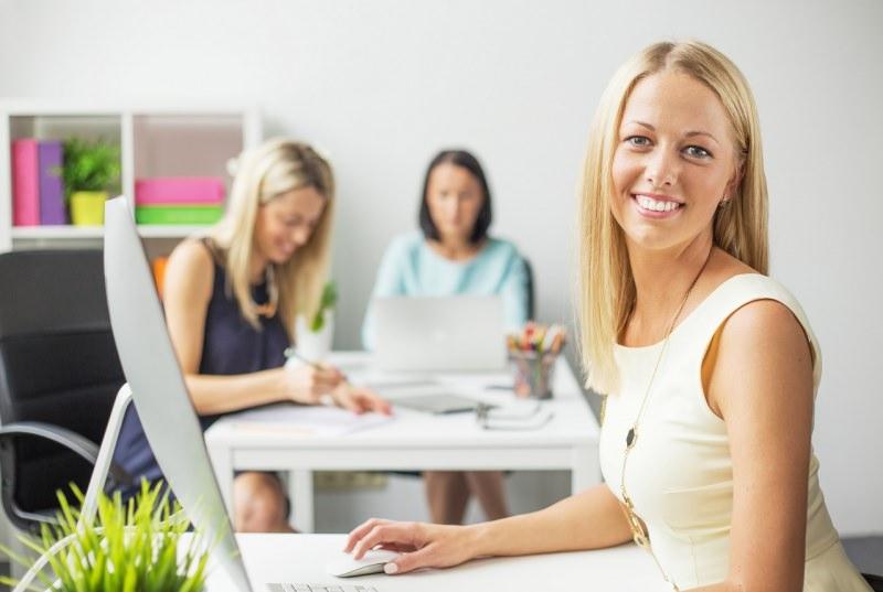 giovane donna sorridente tubino ufficio
