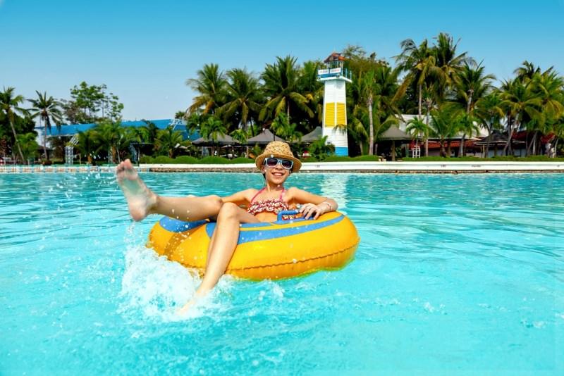 ragazzina su gonfiabile piscina parco acquatico acqua park