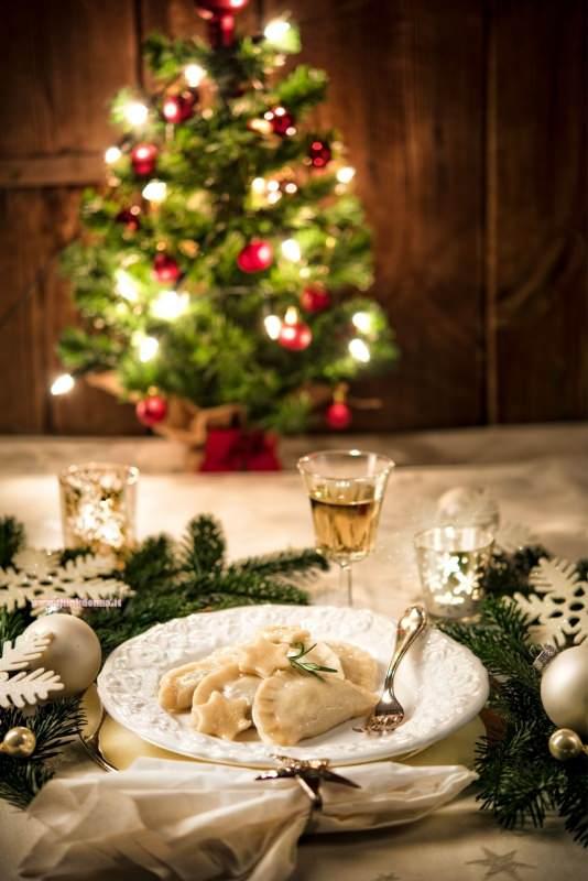 ravioli di pesce primo piatto di magro pronto tavola apparecchiata menu albero di natale luci