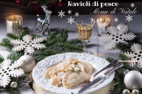 ravioli di pesce primo piatto di magro menu natale renna argento albero candela rami di abete nevischio