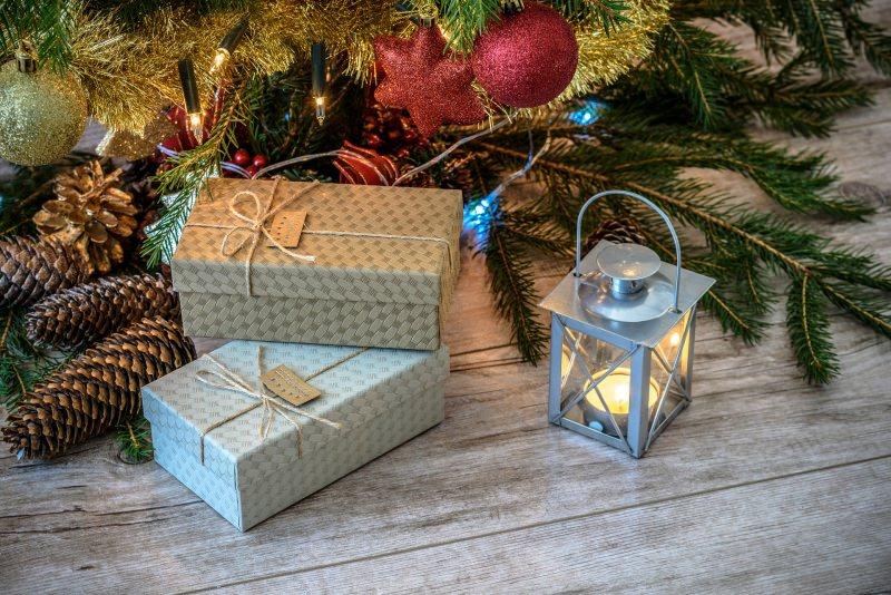 Come preparare il Natale in anticipo, mese di novembre lanterna retrò decorazioni albero palline glitter pacchi regalo