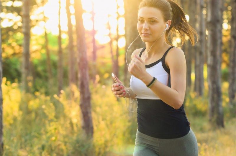 esercizio fisico ragazza corsa natura