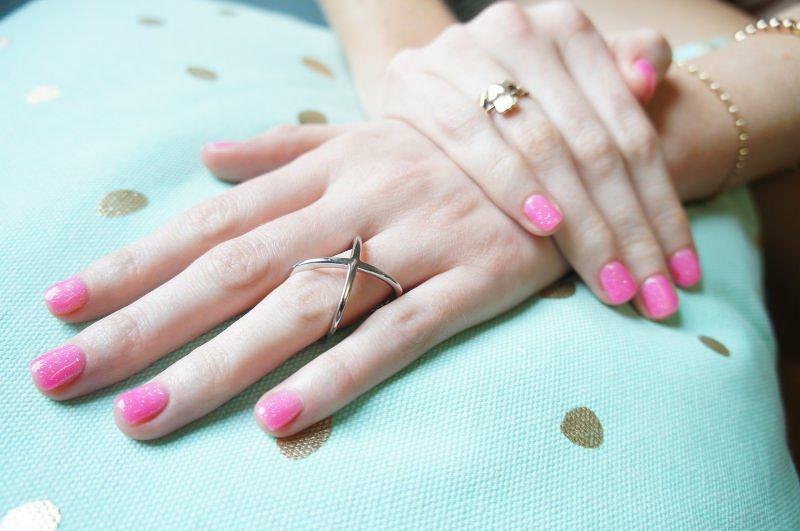smalto rosa unghie mani belle manicure
