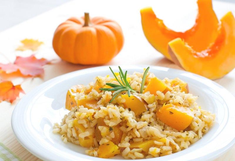 Come fare risotto cremoso alla zucca piatto pronto halloween foglie arancione rosmarino