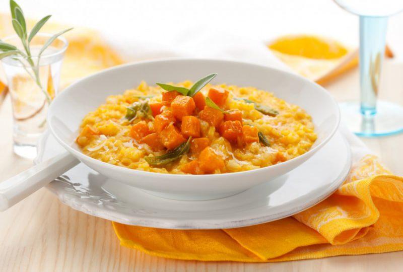 Come fare risotto cremoso alla zucca piatto pronto in tavola foglie salvia