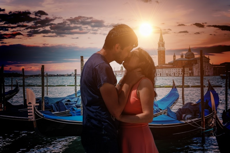 giovani innamorati uomo donna bacio tramonto Venezia