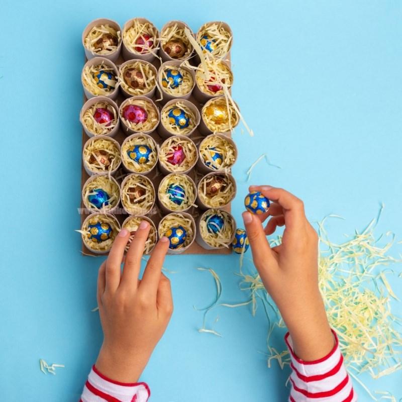 rotoli cartone ovetti cioccolato sorpresa paglia regalo calendario avvento tutorial mani di donna