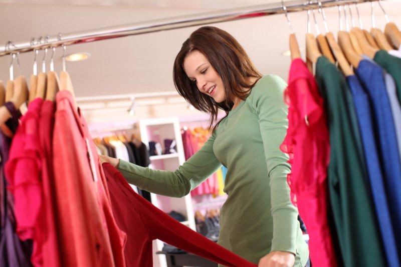 Saldi: 9 consigli per pianificare il tuo shopping stand grucce donna abiti negozio