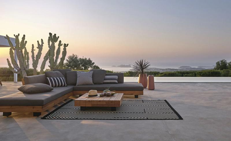 salotto da giardino cuscini tavolino tramonto mare