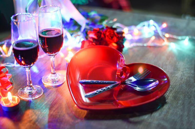 cena romantica piatto cuore bicchieri vino san valentino