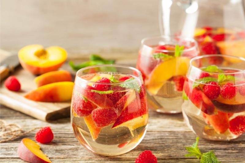 bicchiere sangria frutta estate pesche lamponi tagliere