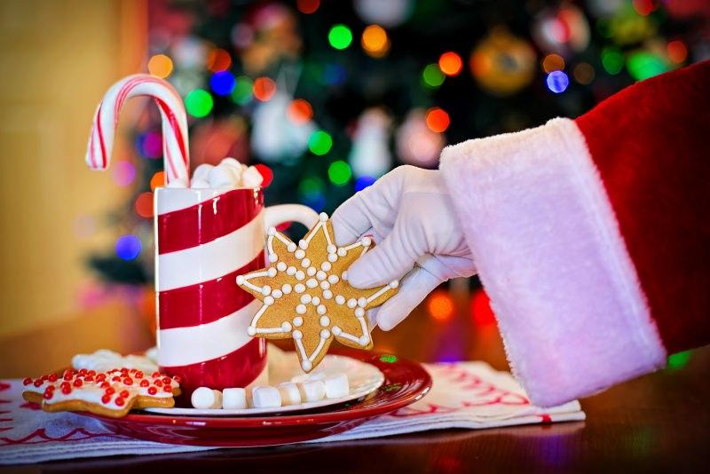 Come preparare il Natale in anticipo, mese di novembre biscotti Babbo Natale tazza cioccolata calda mashmallows zucchero albero luci piatto