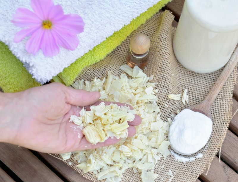 scaglie di sapone di Marsiglia a scaglie fiore mano di donna