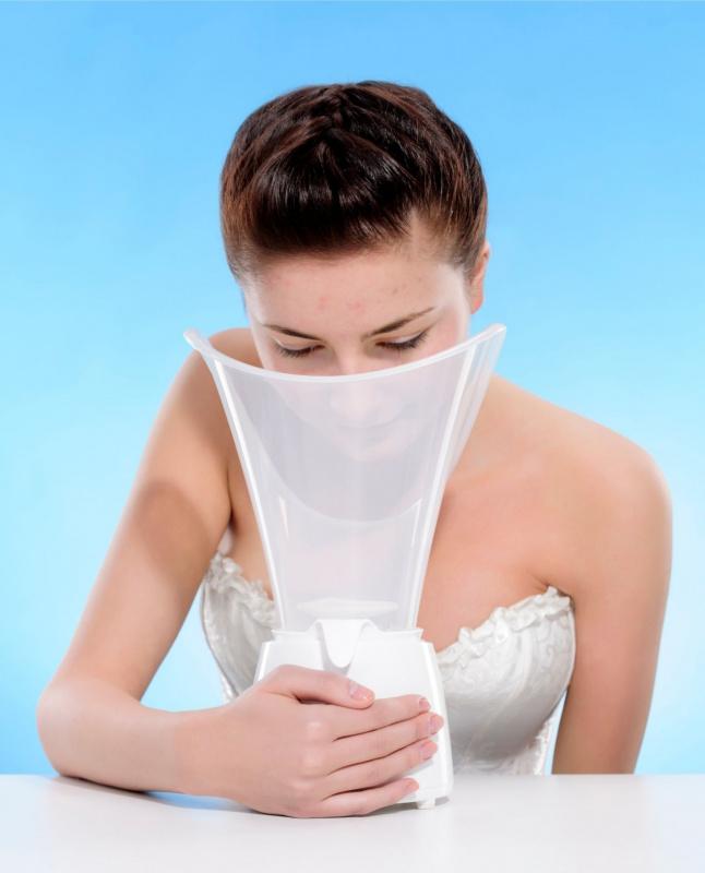 donna fa la sauna facciale con vaporizzatore