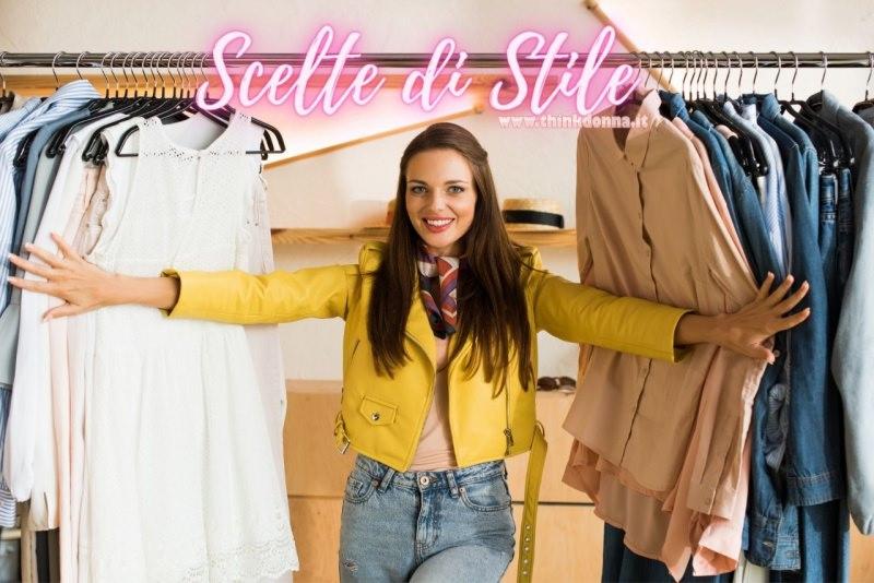 donna tra abiti appesi sclete di stile giubbotto chiodo jeans
