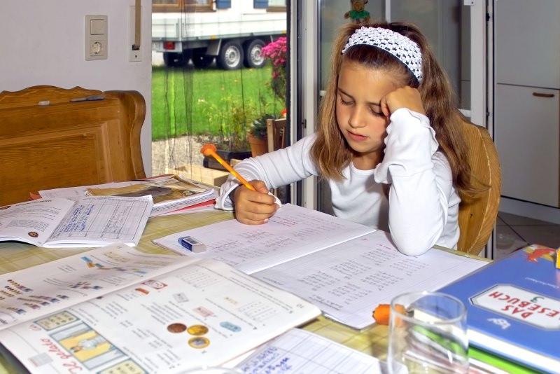 bambina compiti per le vcanze libri quaderni studio
