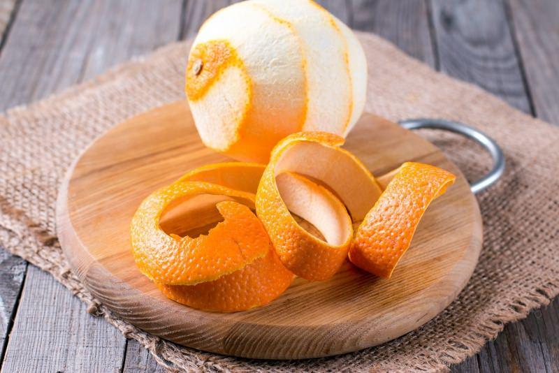 scorza di arancia su tagliere legno