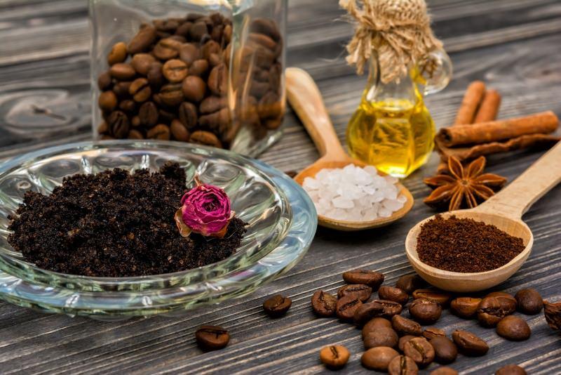 ingredienti impacco chicchi caffè ciotola scrub rosa cucchiaio legno sale grosso olio