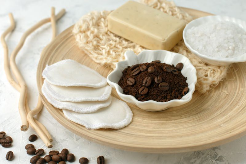 ingredienti scrub caffè ciotola sale guanto crne