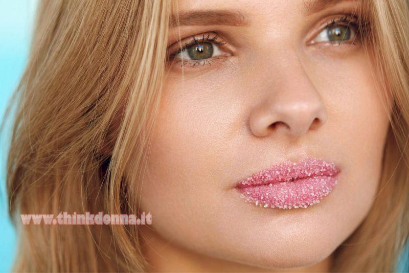 scrub labbra viso donna bellissima occhi verdi capelli biondi
