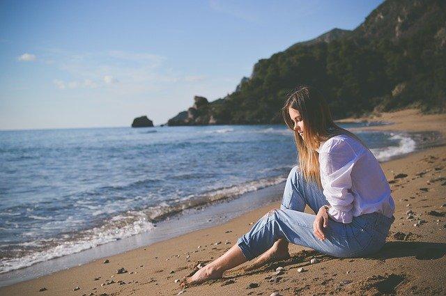 ragazza malinconia mare spiaggia paura amare