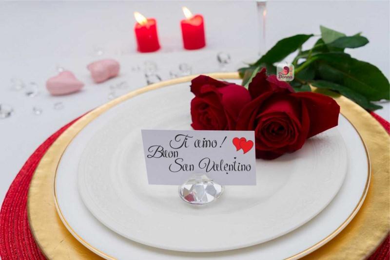 segnaposto decorazioni tavolo san valentino tavola apparecchiata sotto piatto rosso oro bianco candela a forma di cuore rose rosse