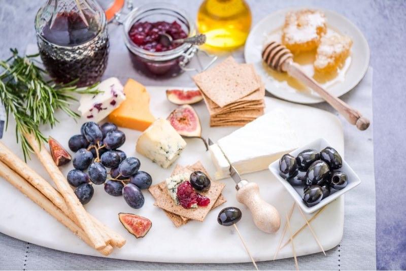 selezione formaggi italiani misti uva rosmarino vino rosso miele fichi