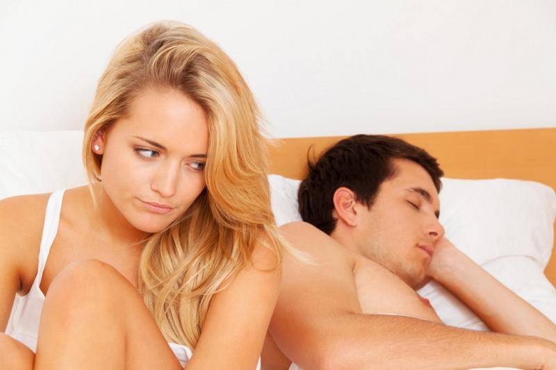 Perché abbiamo così paura di parlare di sesso? difficoltà comunicazione partner letto matrimoniale donna capelli lunghi lisci biondi occhi azzurri disagio uomo dorme dormire
