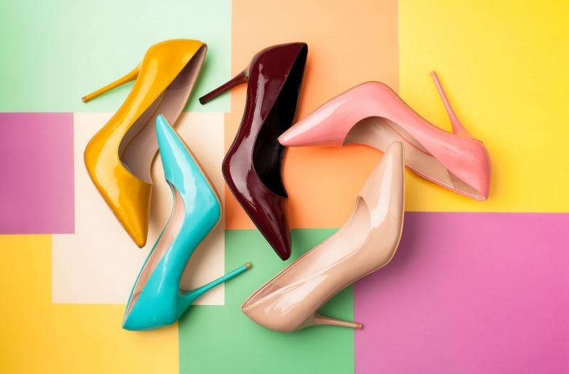 scarpe colori décolleté tacco alto su sfondo colorato