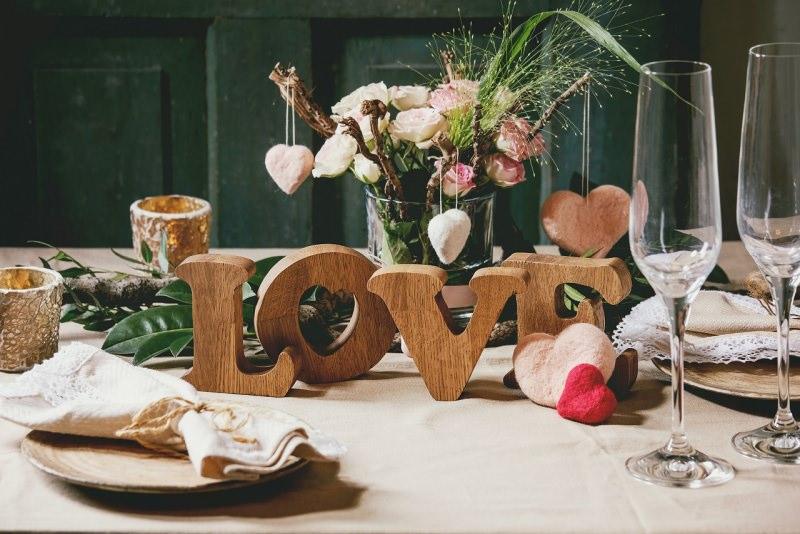 tavola romantica scritta love legno centrotavola fiori rose rosa cena romantica san valentino