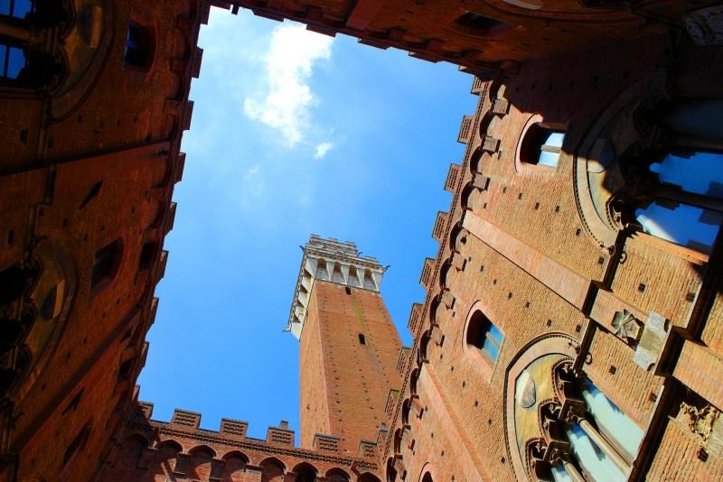 Toscana viaggio torre del mangia Siena