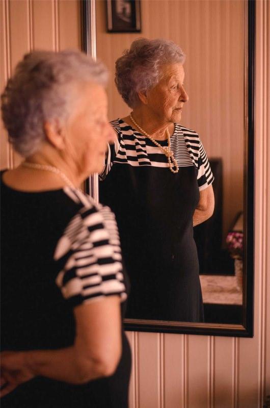 donna anziana specchio nonna collana perle
