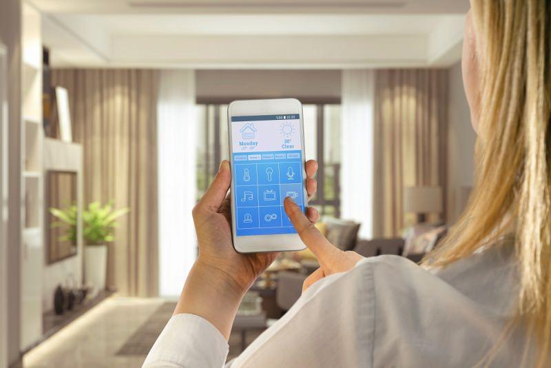 domotica smart home donna casa intelligente soggiorno comfort