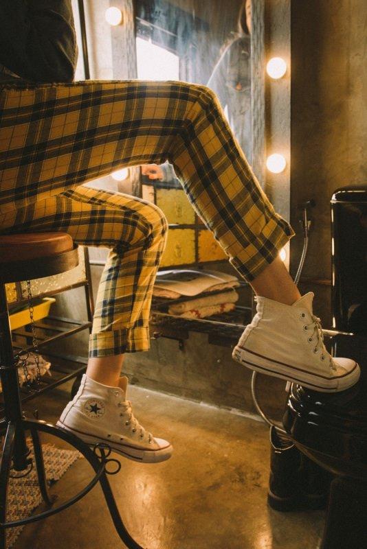 pantalone skinny quadri tartan giallo sneakers bianche converse