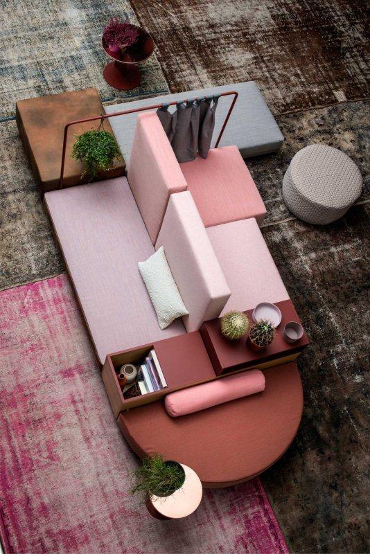 Artheco home deisgn Arredamento trendy: cosa aspettarsi dal 2018? stile retrò soggiono divano rosa tavolo rotondo rosso cuscino piante grasse pouf rigiouf