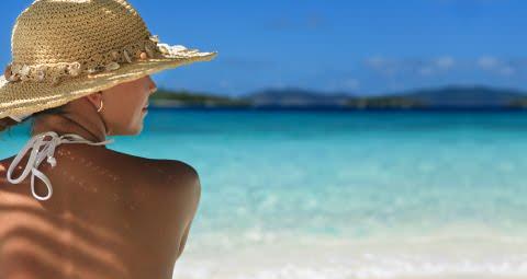 come curare eritema solare rimedi naturali estate donna cappello paglia spiaggia mare bikini bianco