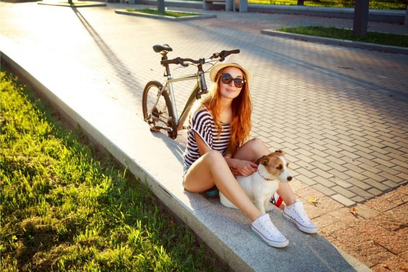 ondata di calore viale giovane donna occhiali da sole protegge cane seduto