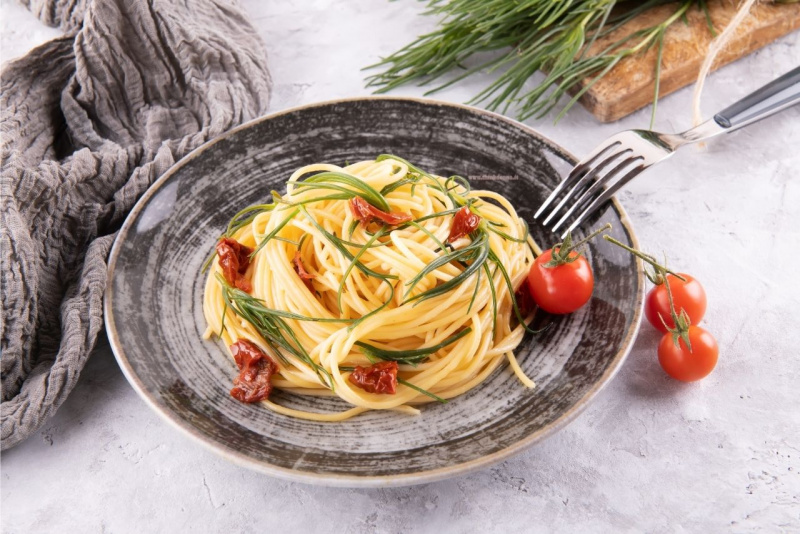 spaghetti con barba di frate o agretti pomodorini primo piatto pronto tavola
