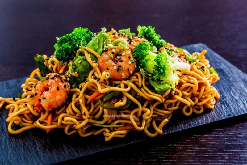 spaghetti soba con broccoli gamberi sesamo bianco nero zucchine carote primo piatto pronto
