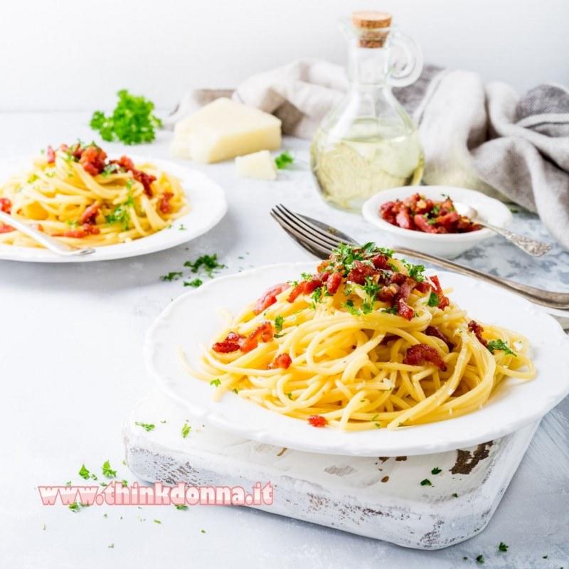 spaghetti piccanti allo speck piatto pronto in tavola posate
