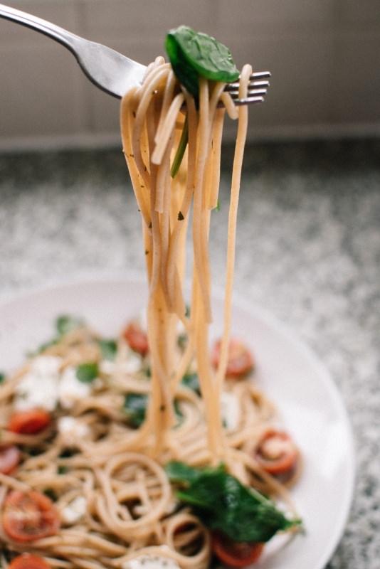 spaghetti forchetta fette di pomodoro rosso foglia di basilico verde mozzarella fiordilatte primo piatto pronto