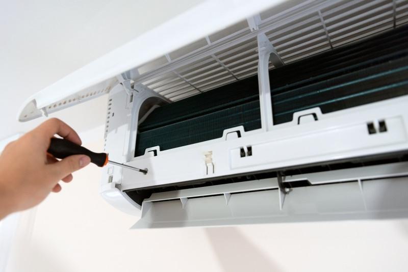 split condizionatore d'aria smontaggio viti giravite cacciavite manutenzione