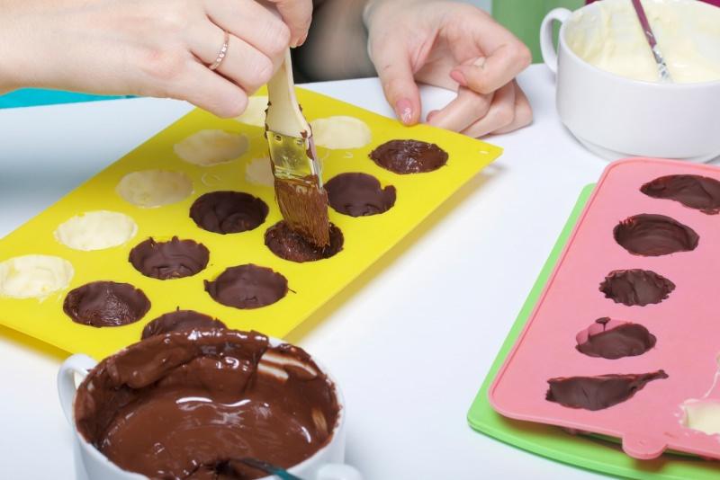 preparazione cioccolatini strati stampo silicone
