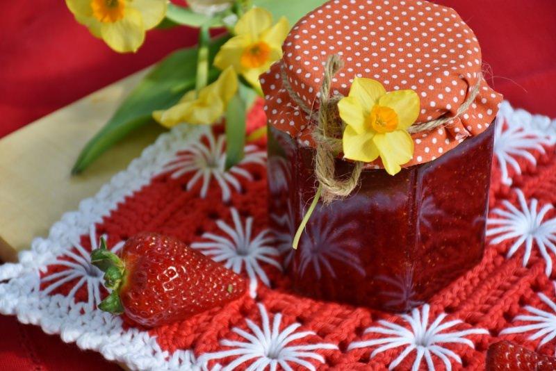 confettura di fragole barattolo marmellata fiore narciso giallo