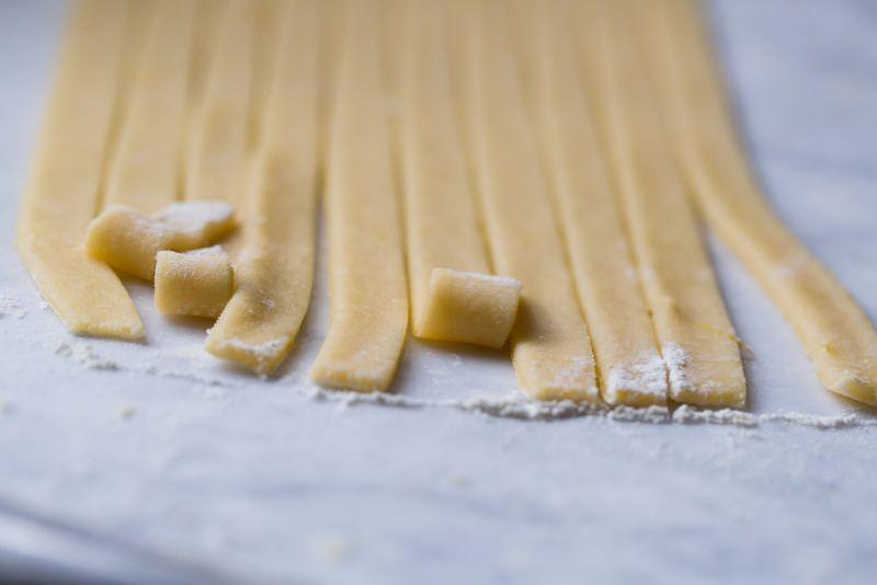 strisce pasta frolla preparazione pastiera dolce pasqua