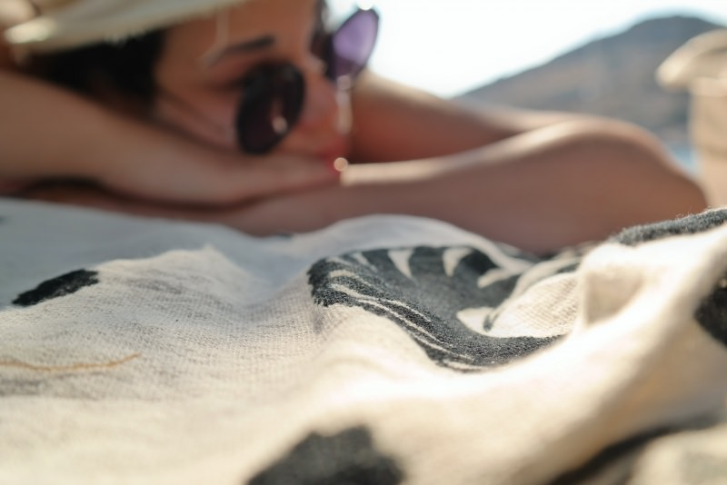 6 consigli beauty per l'estate sunglasses donna relax cappello paglia occhiali da sole mare telo