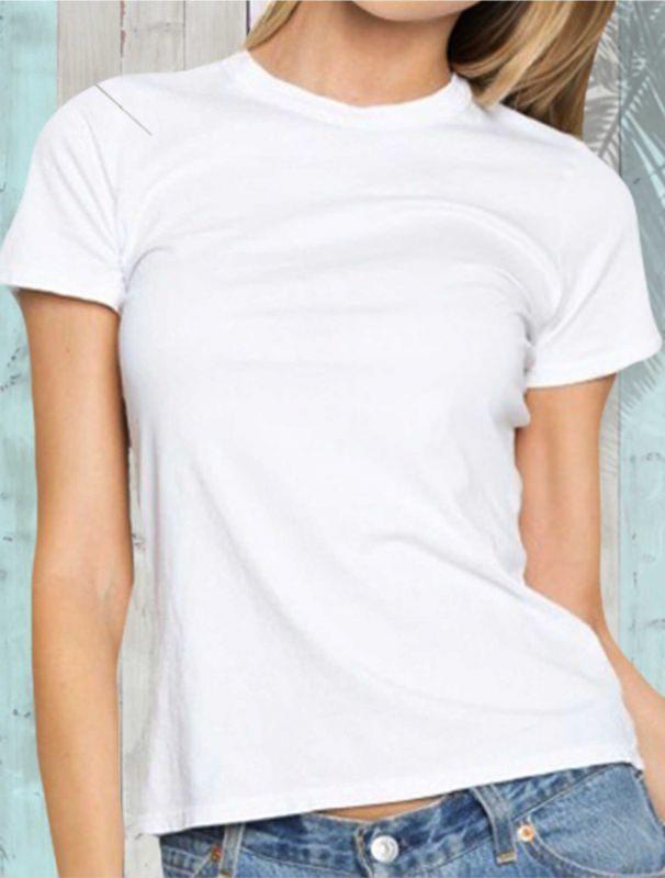 Le t-shirt sono sempre alla moda maglietta bianca donna fisico snello capelli biondi jeans