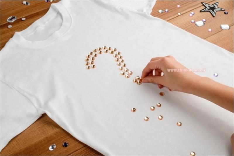 T-shirt bianca applicazioni borchie dorate termoadesive
