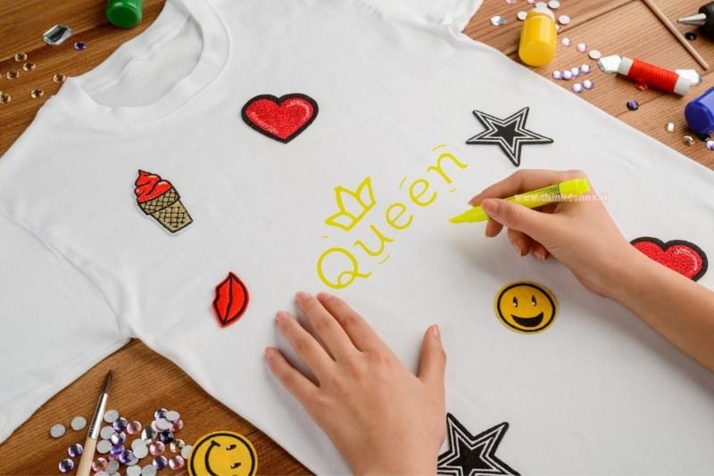 maglietta t-shirt bianca con stampa colori strass colla