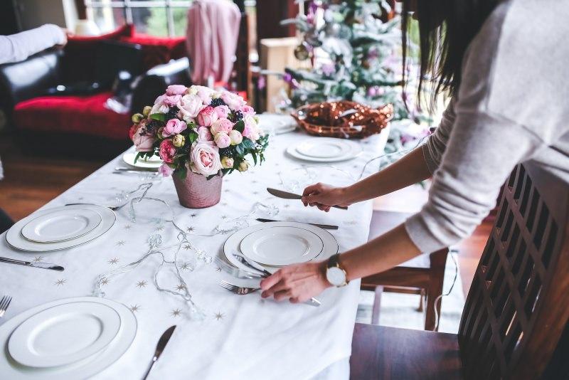 Come preparare il Natale in anticipo, da settembre/ottobre decorazione tavola natalizia luci led piatti posate vaso bouquet rosa donna albero